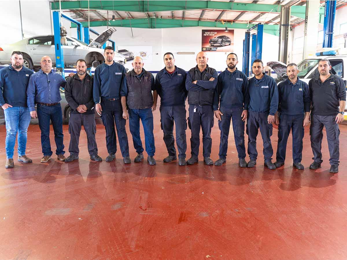 """המנכ""""ל ח'יר נג'מי יחד עם העובדים המקצועיים במוסך המורשה במרכז"""