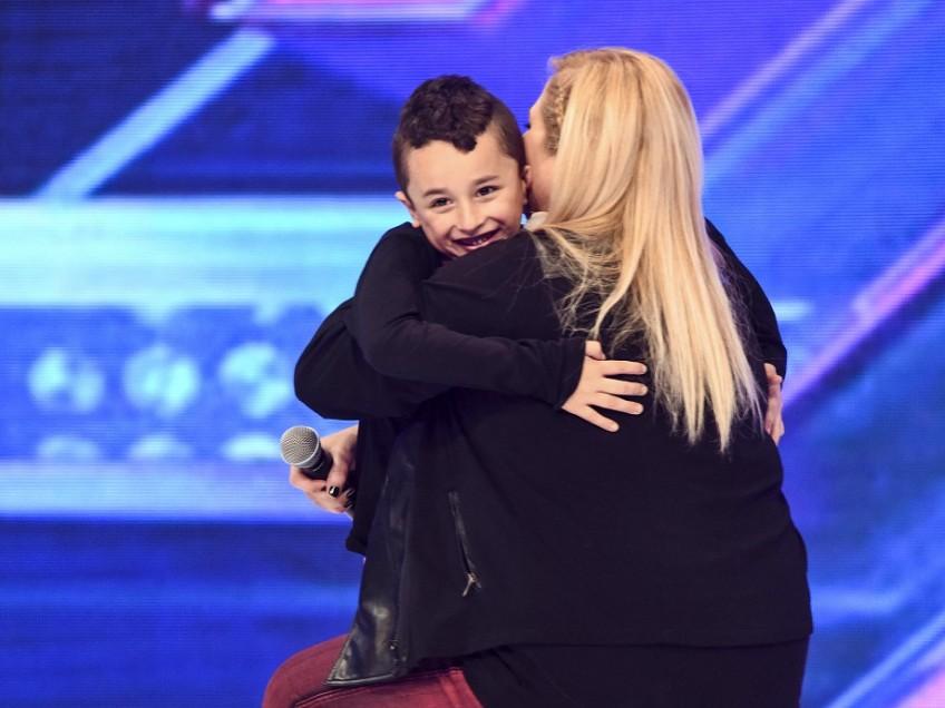 """""""הוא מתרגש שאנשים ברחוב מזהים אותו"""". נועה עם בנה,טוני, על הבמה. צילום: אסף שמע"""