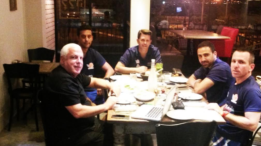 פיני גרשון וחברים מאמנים במסעדת ללה