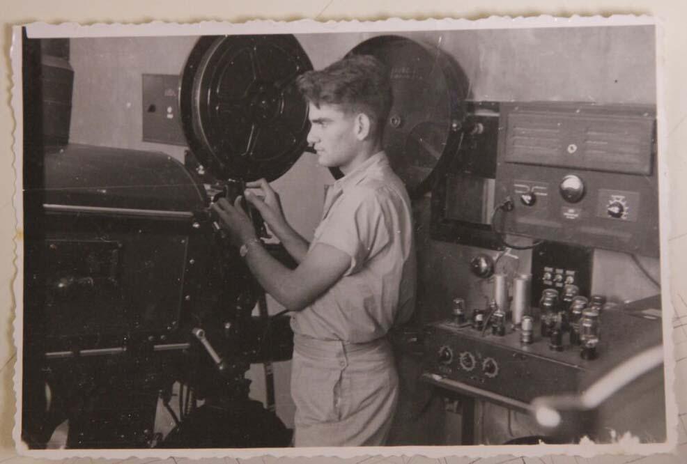 ראובן אסנין בחדר המסריט בקולנוע הראשון בעפולה