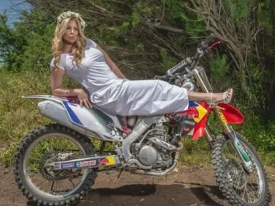 נינה נועה בלוז בצמרת, הכלה מדגמנת אופנוע ו-ז'אן בן אהרון נתפסה בעדשה. פלאש! – רכילות בעמק