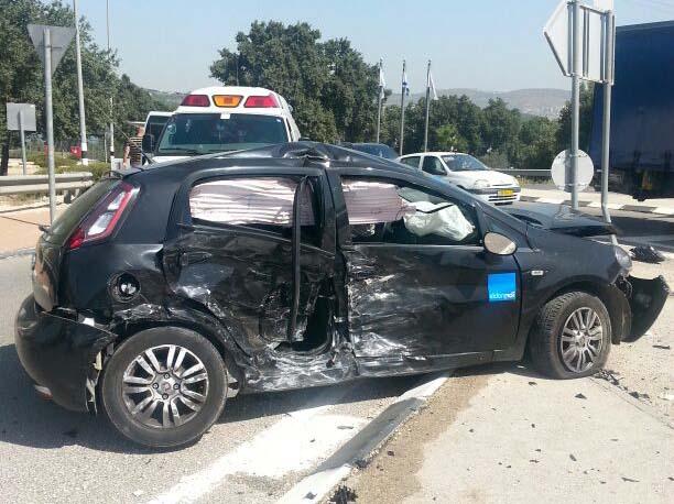 תאונה קשה בכביש 77, ניסיונות חילוץ לאדם שנלכד ברכב