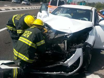 תאונת דרכים קשה בכביש 77, מאמצים לחלץ אדם לכוד