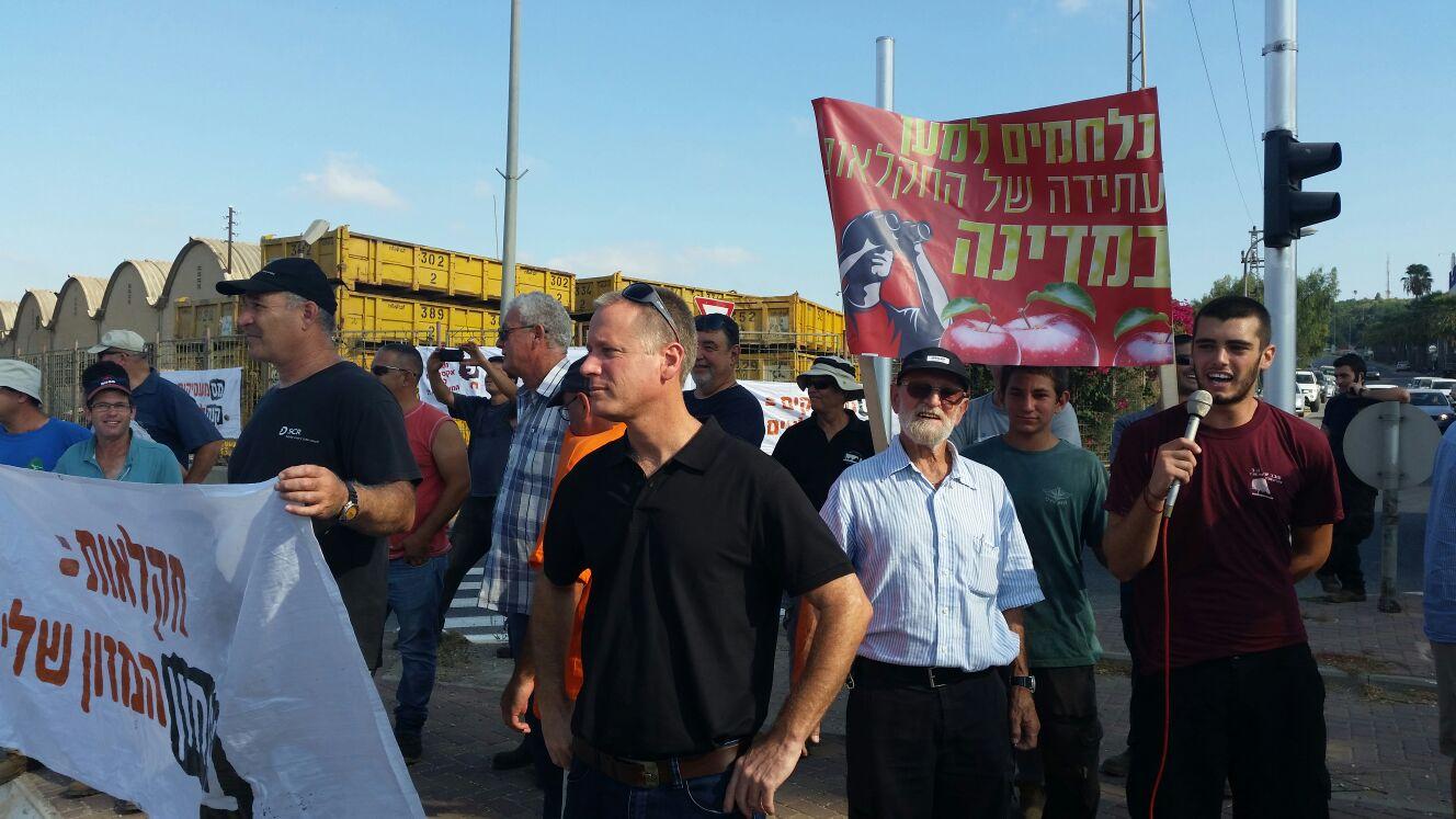 מפגינים בצומת תל יוסף