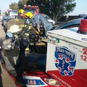 זירת התאונה עם הכוחות שבאו לעזור