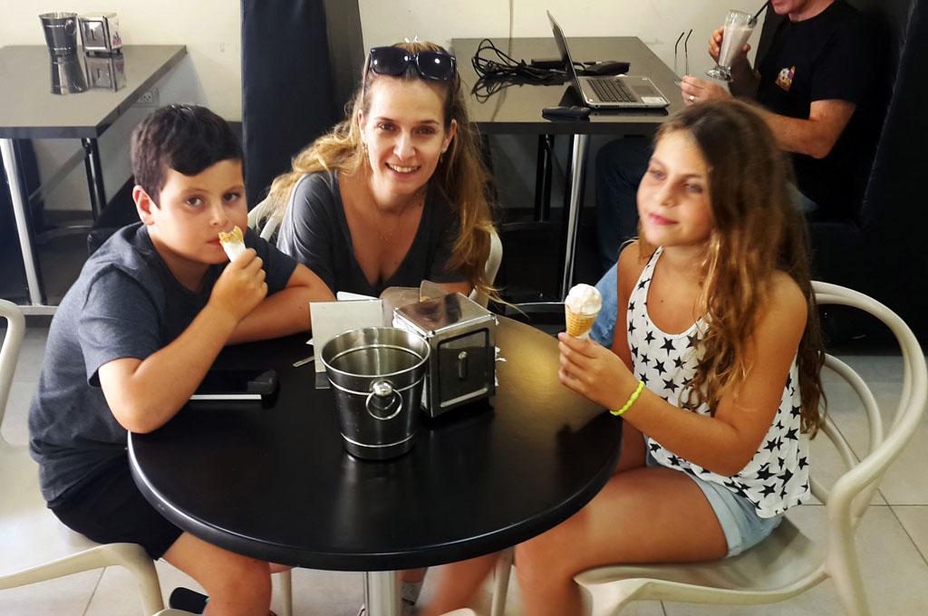נועה פינקלשטיין עם האחיינים מתרעננים עם גלידה