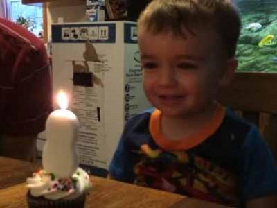 אבא השנה: עזר לבנו לכבות נר יום הולדת בדרך מקורית במיוחד.