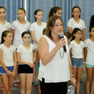 """מנהלת בית הספר """"מרחבים"""" בכפר יהושע, מרים איציק, נושאת את נאום פתיחת השנה"""