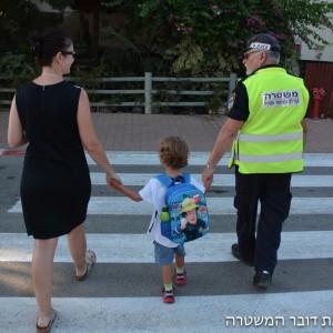 כוחות השיטור עזרו להביא את הילדים לבית הספר בבטחה