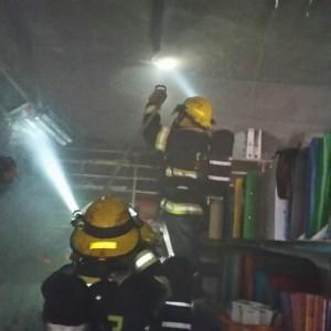 """צוות לוחמי האש מנסים להציל מה שנשאר מחנות כלי הכתיבה. צילום: דוברות כב""""א"""