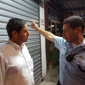 ראש עיריית עפולה, יצחק מירון, מתעדכן בפרטים עם ניצב זוהר דביר, מפקד המחוז הצפוני במשטרה