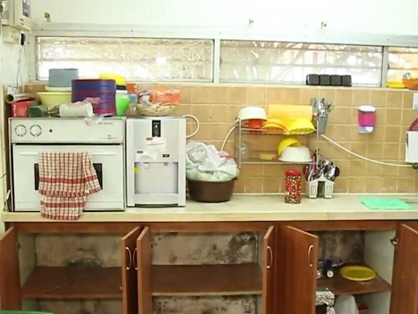 קירות מתקלפים ומלאים בעובש במטבחון של גן שקד בעפולה