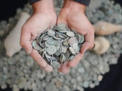 בית השיטה: 3000 מטבעות עתיקים נתפסו בביתו של תושב הקיבוץ