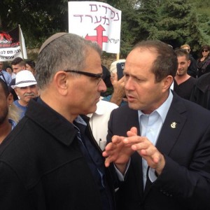 ראש עיריית בית שאן, רפאל בן שטרית ועמיתו ראש עיריית ירושלים, ניר ברקת בהפגנה נגד ביטול הטבות המס