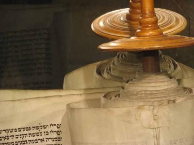 """״אין להם אלוהים"""": נעצרו בחשד לגניבת ספרי תורה"""