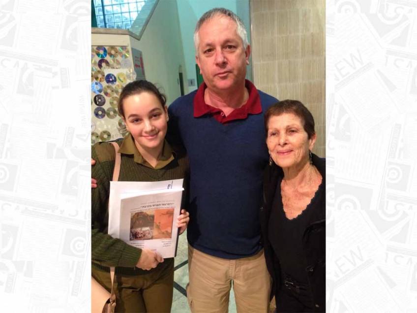 """תנו כבוד לעדי שזכתה בפרס """"גור אריה"""" בתמונה עם המנחים שלה"""