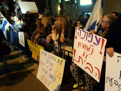 צפו: סערת רגשות וקריאות גנאי למירון בהפגנה מול עיריית עפולה