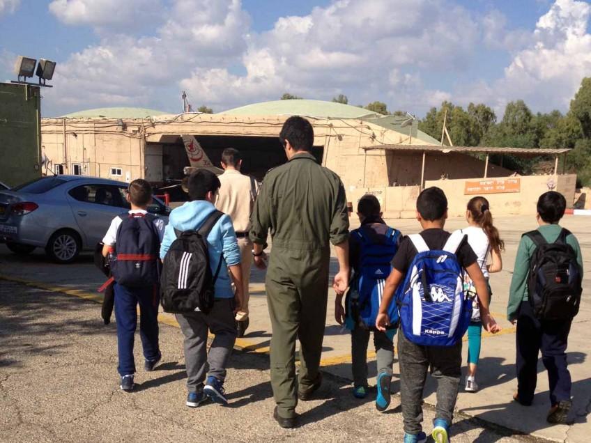 התלמידים סיירו בטייסת וקבלו הסברים