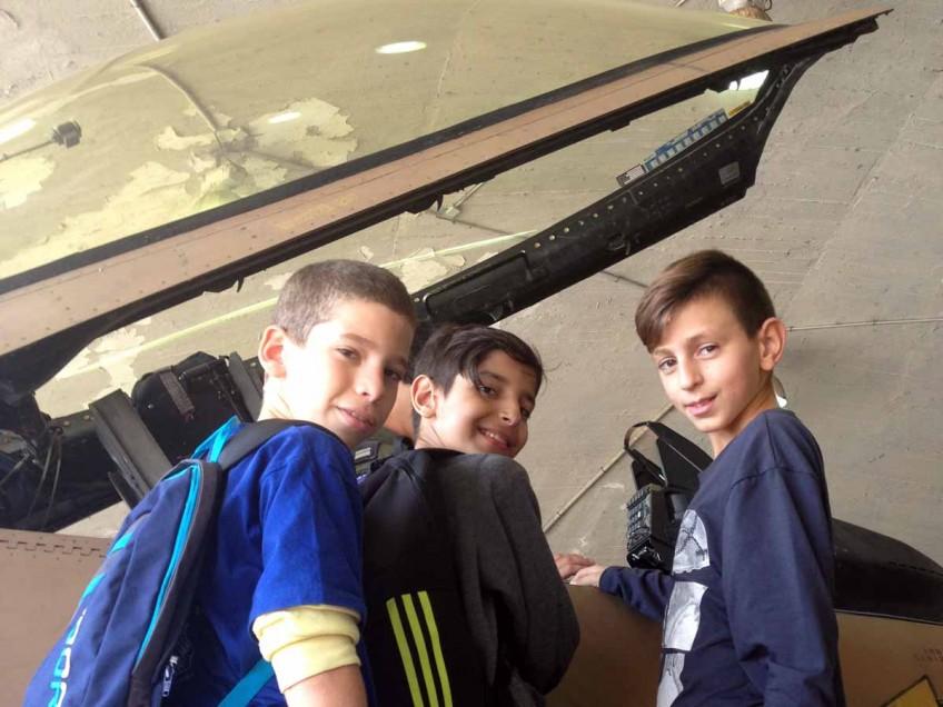 """תלמידי ביה""""ס """"יוספטל"""" קבלו הסברים על המטוסים בהאנגרים"""
