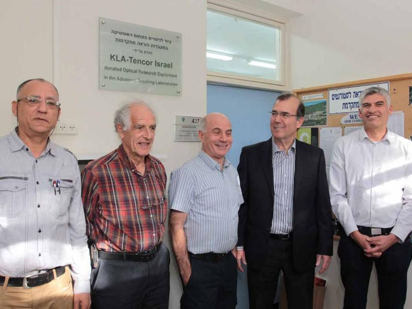 בכירי חברת KLA-Tencor ישראל ובכירי סגל בפקולטה לפיזיקה בטכניון במעמד חנוכת המעבדות המתקדמות