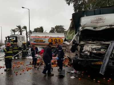 ניר יפה: פצוע קשה בתאונה בין שתי משאיות