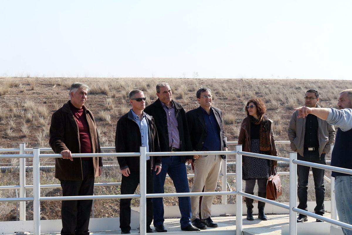 """ראש מוא""""ז הגלבוע, ובכירי מועצה עם ראש מועצת ג'למה שבנפת ג'נין, חאלד אבו פרחה, במתקן השאיבה"""