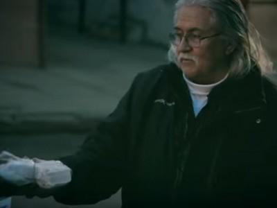 האיש הזה מחזיק 17 מקררים בסלון. מה שיש פנים ישאיר אתכם בשוק