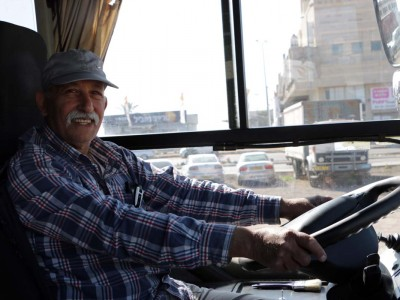 ההגה בידיים שלו: עזורי לומד נהיגה על אוטובוס בגיל 71