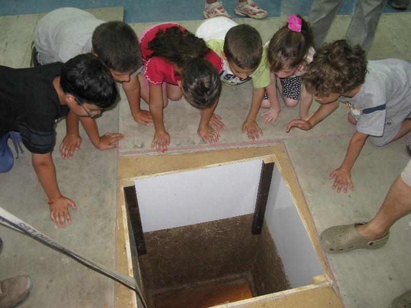 """פתח בור הסליק: הילדים ירדו לסליק וישמעו סיפור """"חסמבה"""" גילוי הסליק"""