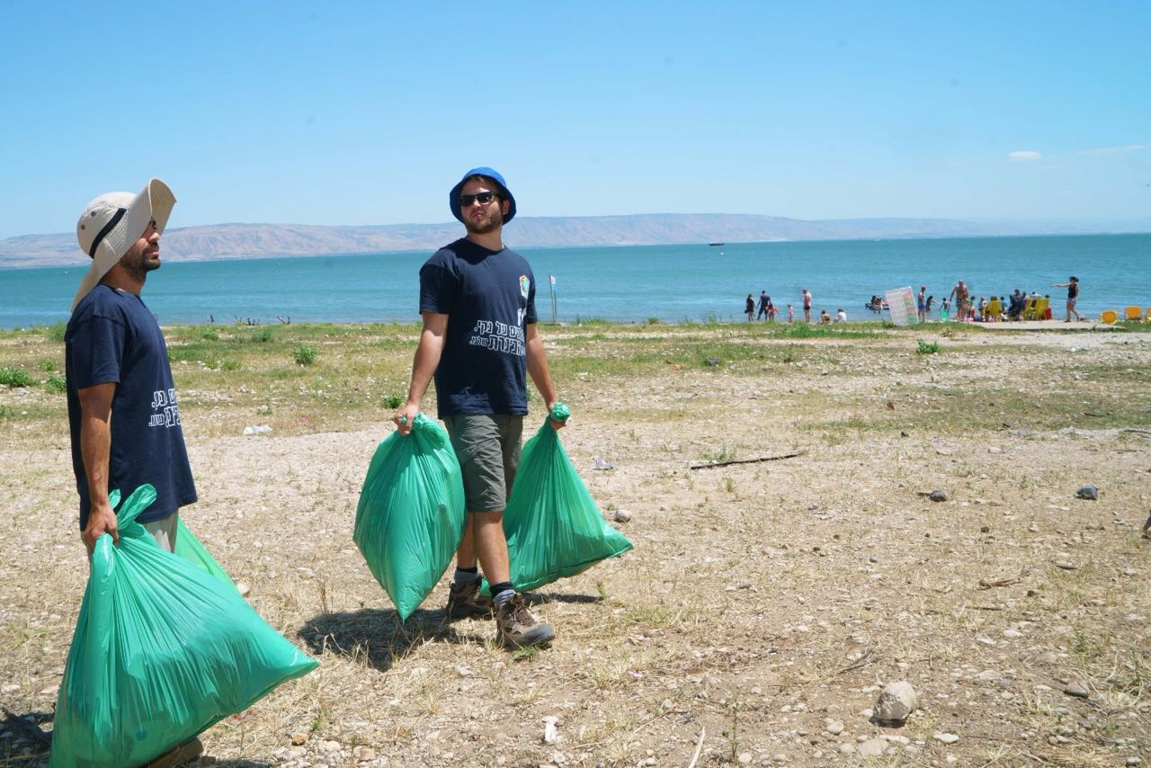 מסבירנים ומתנדבים דואגים לנקיון החופים