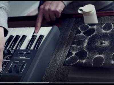 הוא בנה מכונה מוזרה. ברגע שהוא מפעיל אותה בוקעת מוזיקה מדהימה!