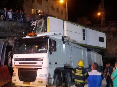 """מפחיד: אוטובוס """"צנח"""" על משאית"""