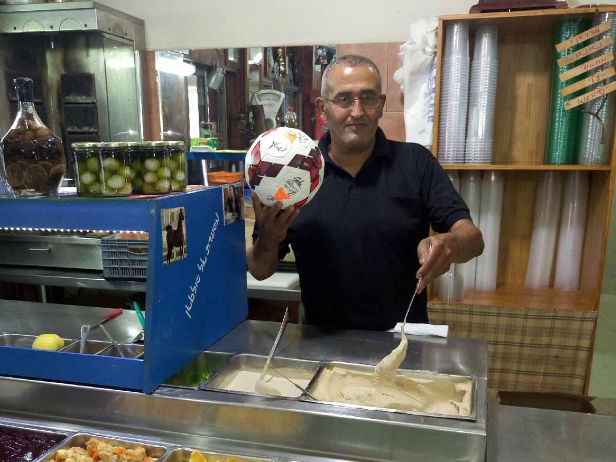 השף סולטן אבו אל-פול רקח חומוס במיוחד ליורו במסעדתו בזרזיר. בקיצור יורוחומוס