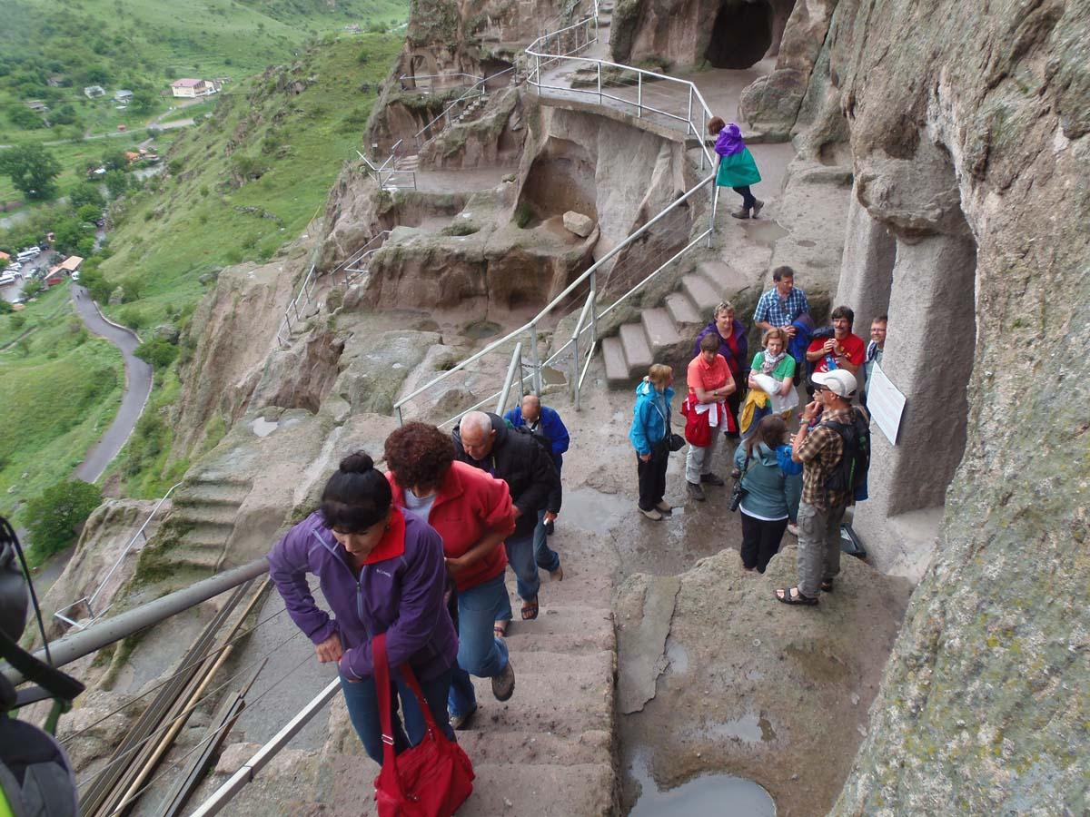 טיפוס ברגל לעיר עתיקה המרהיבה שנחצבה כולה בסלע