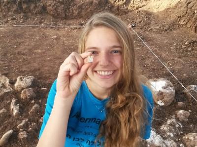"""עמק מ""""האגדות"""": בני נוער חשפו תכשיט עתיק בחפירה"""