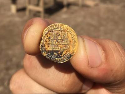 הפתעה נוצצת: בני נוער גילו מטבעות זהב בני כ-1200 שנה