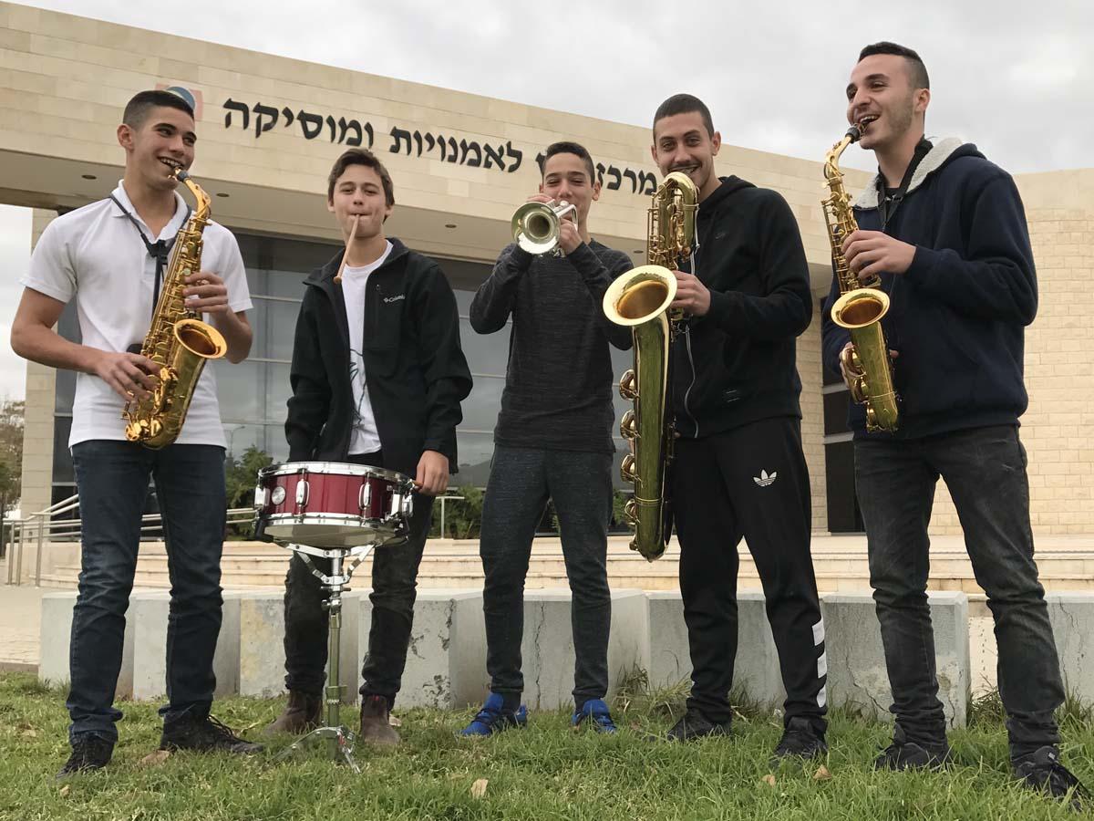 חמשת הנגנים מימין לשמאל: טל אברהם, מתן קופרווסר, עמית רחמיאן, שיר פלד, עומר רחמיאן