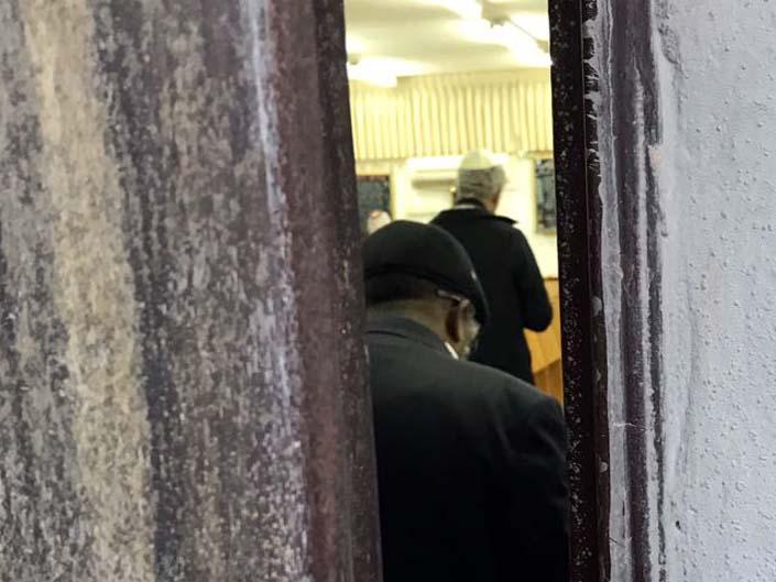 הזמר קובי פרץ בשעת התפילה בבית הכנסת בעפולה