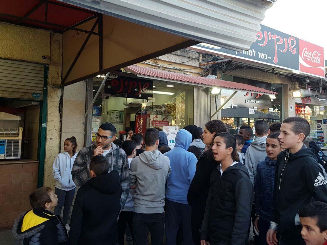 מרכז עפולה מלאה בילדים שעמדו בתור בחנויות שהשתתפו במבצע יום ללא רעב - 3