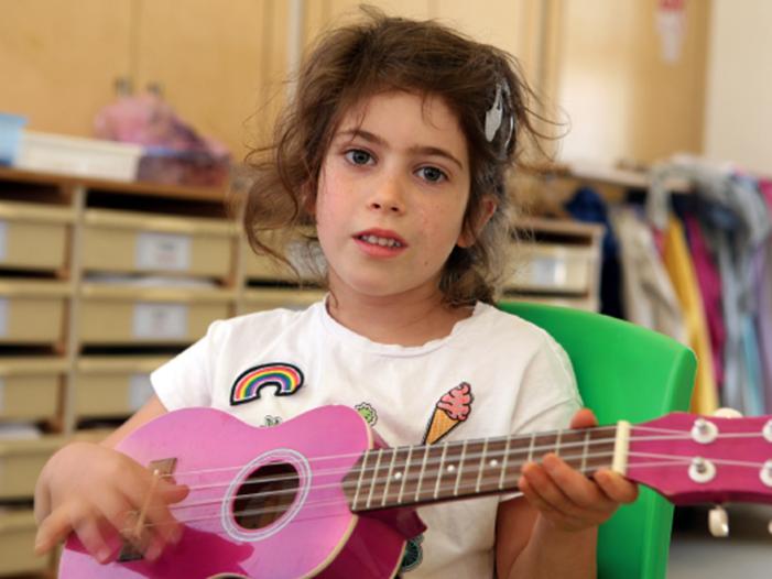 """""""גוני בחרה להצטלם עם גיטרה כי היא רוצה לספר שהיא אוהבת לנגן שירים"""". צילום: עדי נס"""