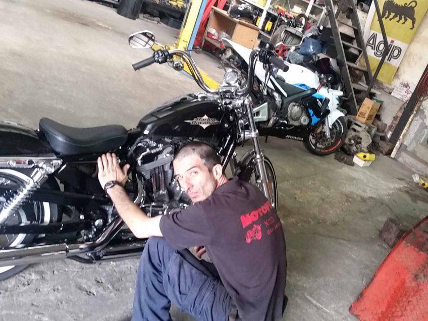 תכירו את אהרון, הדוקטור של האופנועים שבין רעש האגזוזים והטורים של הגז לא מפסיק  לחייך