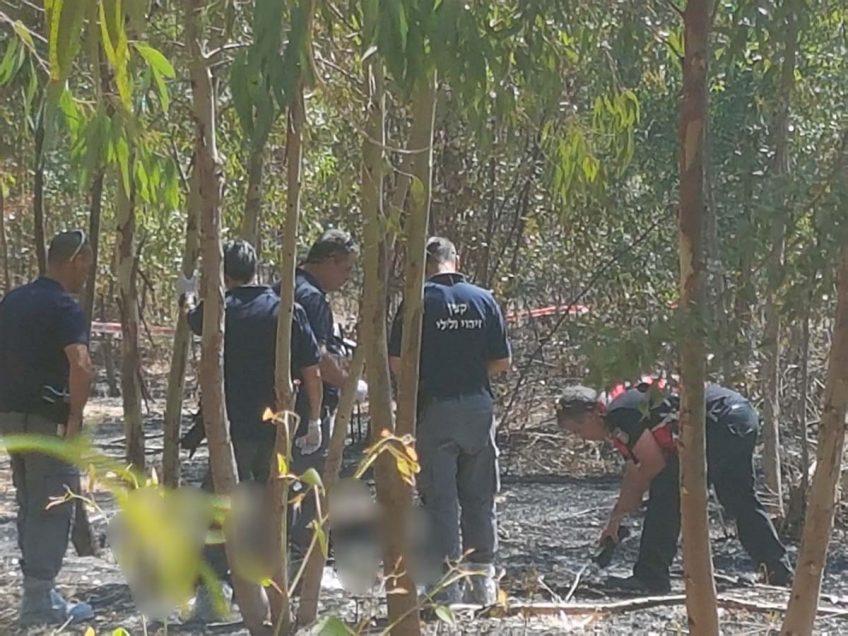 חוקרי המשטרה בזירת הארוע בו נמצאה גופת האישה