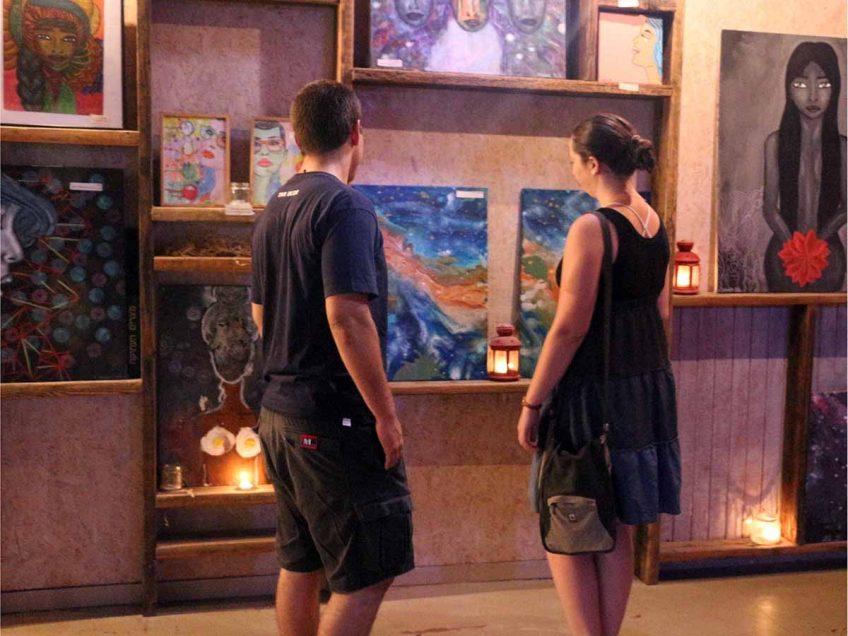 מבקים בתערוכה במתחם הגלריה בצמוד לבר ללוס