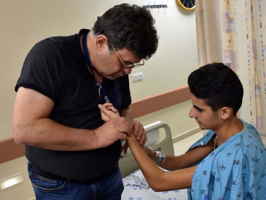 תופעה נדירה: הרופאים הצילו את ידו של שי בן ה- 15 מנמק