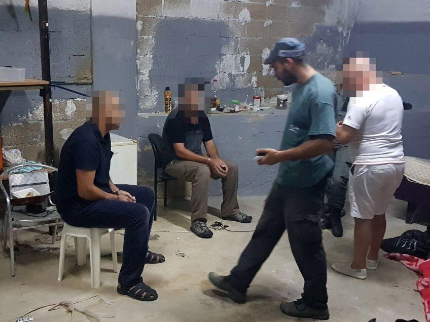 שוהים בלתי חוקיים שנתפסו בחדר מוסתר