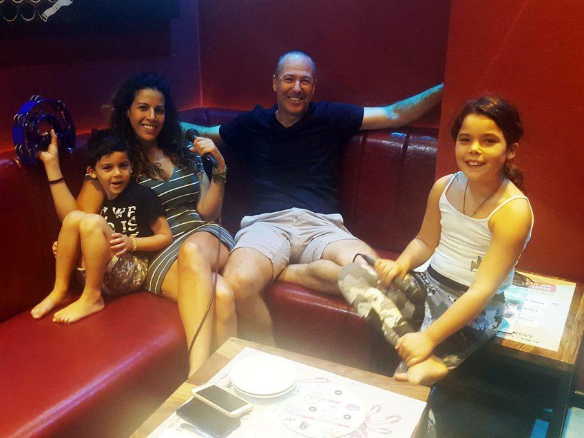 משפחת זלצמן בזמן איכות משפחתי עם קריוקי