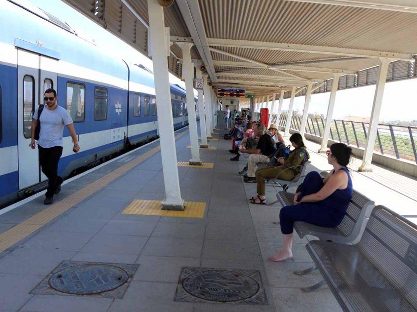 נוסעים ממתינים לרכבת בתחנת בית שאן