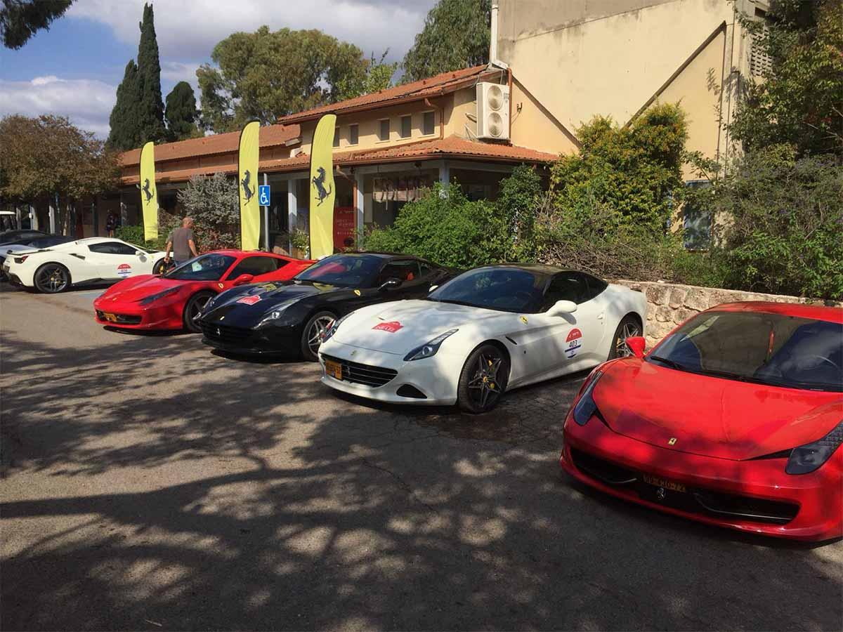 מכוניות הפורשה המרשימות חונות ליד מסעדת טנדוקה ביקנעם