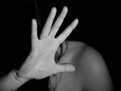"""אישום נגד רפ""""ק במשטרה: תקף את אם ילדיו באגרוף לגרון"""