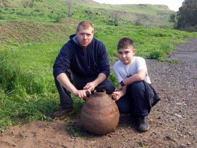 הסתכלה בקנקן: משפחה גילתה קנקן שלם בן 1500 שנה בטיול בנחל חרוד